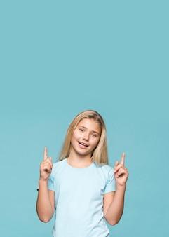 Copie espace jeune fille pointant