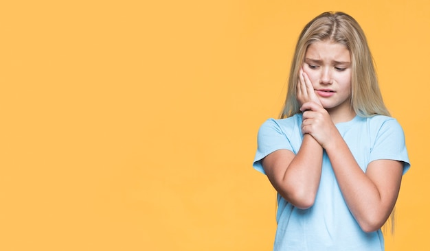 Copie-espace petite fille avec douleur dentaire