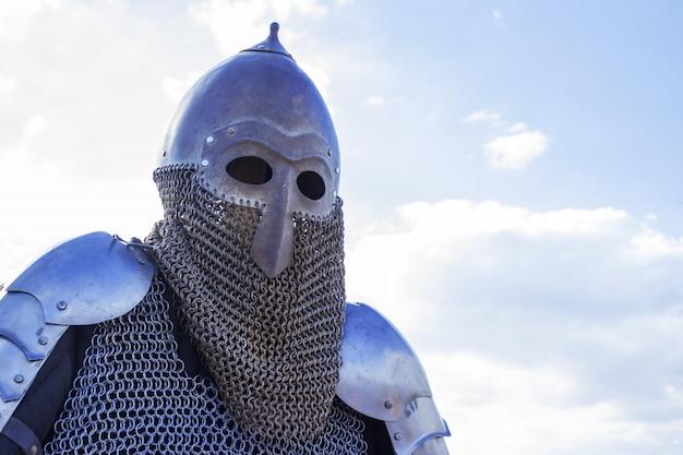 Copie moderne du casque de chevalier en métal antique avec aventail. détail du costume médiéval historique