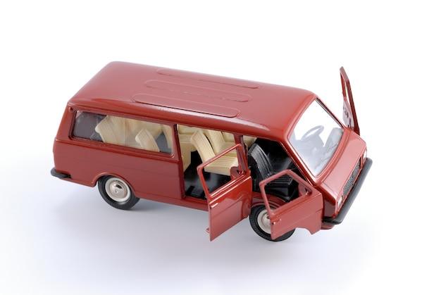 Copie réduite d'une voiture minibus rétro passager rouge sur fond blanc en métal