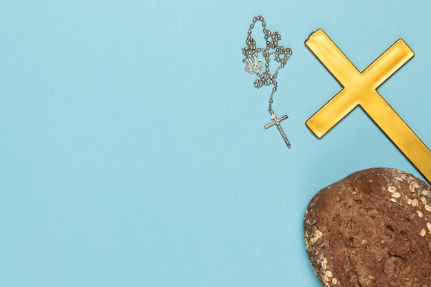 Copie sainte croix et collier avec du pain
