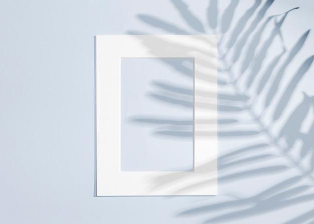 Copier le cadre blanc de l'espace et laisse l'ombre