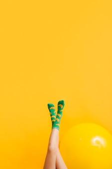 Copier l'espace jambes de fille avec ballon à côté