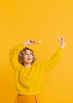 Copier l'espace jeune femme avec des ampoules jaunes
