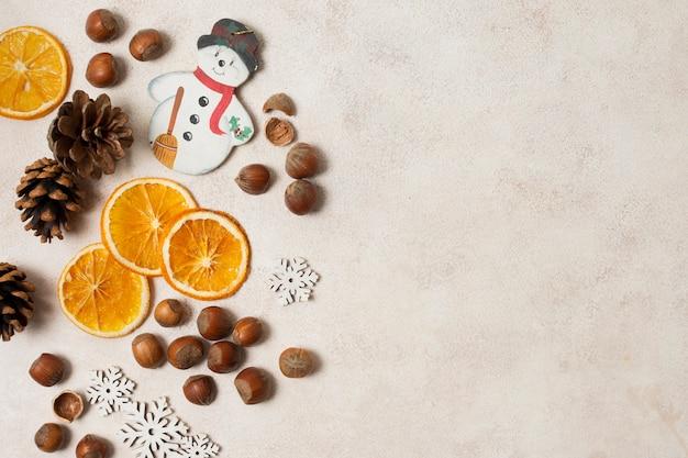 Copier l'espace orange, les châtaignes et les cônes sur la table