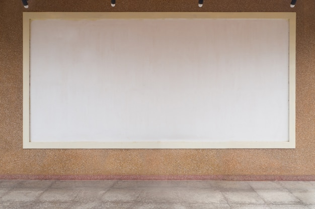 Copier l'espace sur tableau blanc hang sur fond de texture de marbre.