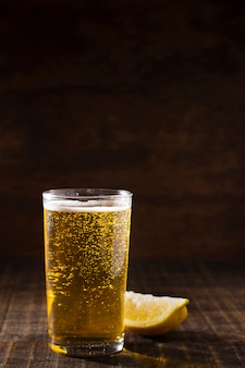 Copier espace verre avec bière moussante sur la table