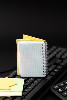 Copier de vieilles idées, en créer de nouvelles, transférer des notes écrites, taper des codes informatiques, écrire des transcriptions, commencer de nouveaux poèmes, discuter avec des amis et la famille