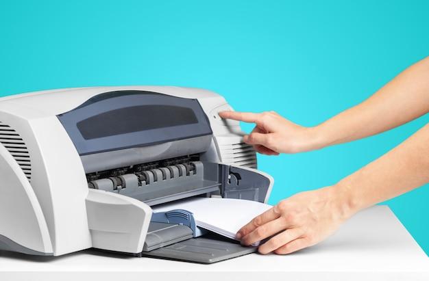Copieur imprimante sur un bleu vif