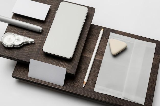 Copiez les cartes de visite de l'espace sur un support en bois moderne