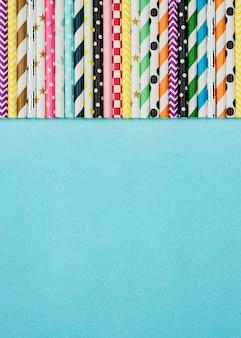 Copiez la disposition de l'espace de pailles en papier coloré