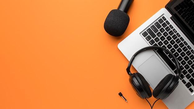 Copiez les écouteurs de l'espace et l'ordinateur portable sur le concept d'air