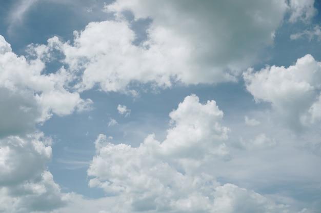 Copiez l'espace concept minimal du ciel bleu d'été et blanc abstrait de nuage blanc