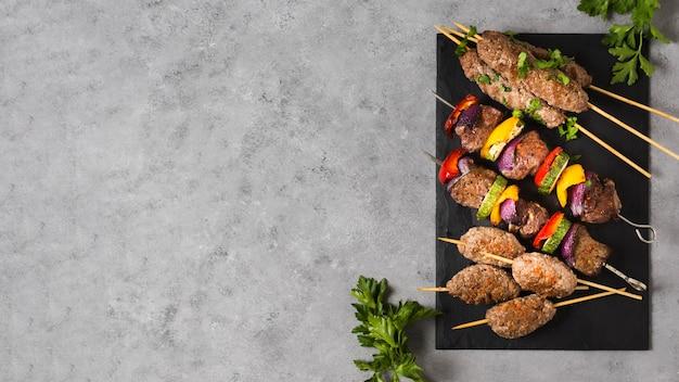 Copiez l'espace de délicieuses brochettes de restauration rapide arabe