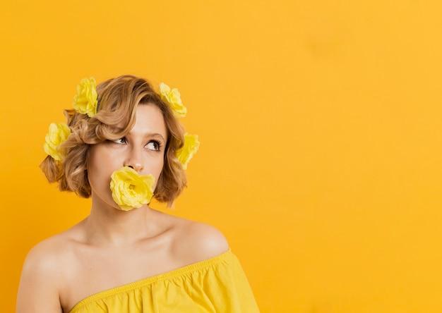 Copiez l'espace femme avec des fleurs jaunes