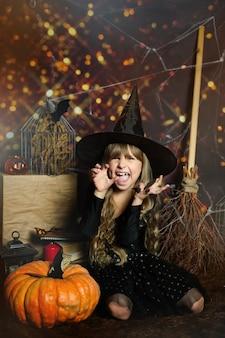 Copiez l'espace pour un joyeux halloween sur la photo. une fille d'âge préscolaire fait peur à l'expression des émotions.