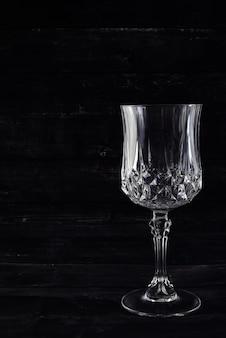 Copiez l'espace verre vide de vin sur le mur noir