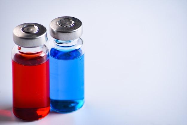 Copiez les flacons de l'espace pour l'injection de vaccin, à remplir dans des seringues pour le traitement médical.