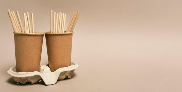 Copiez les gobelets en papier avec des pailles