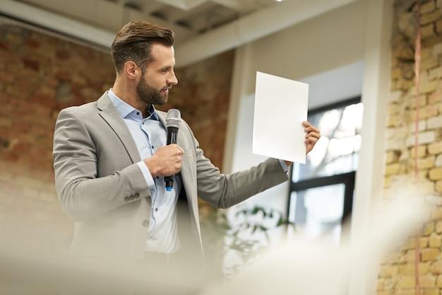 Copiez la photo de l'espace de l'homme d'affaires regardant le papier