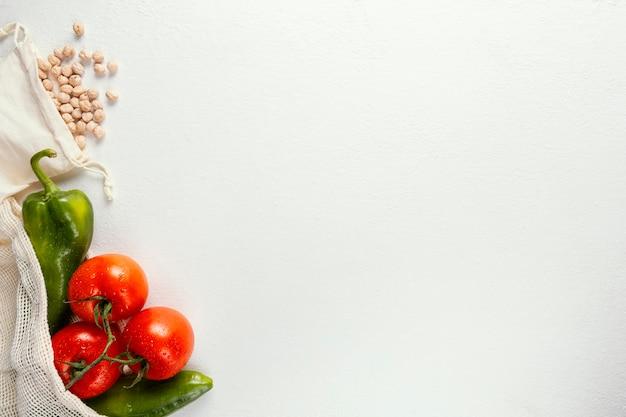 Copiez le sac en plastique de l'espace avec des légumes