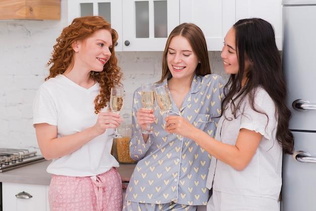 Copines acclamant leur amitié