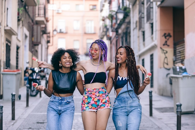 Copines afro-américaines rire ensemble à l'heure d'été