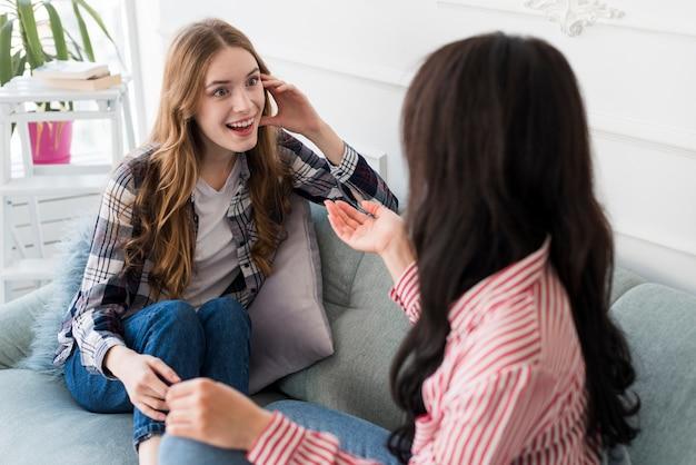 Copines discutant sur un canapé