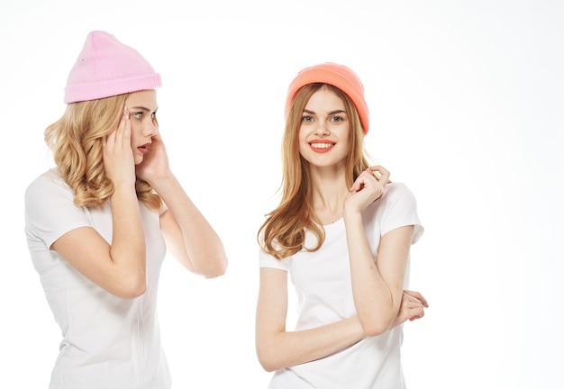 Copines drôles dans l'amusement de communication de mode de t-shirts blancs. photo de haute qualité