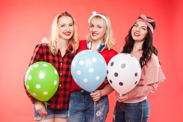 Copines heureuse avec des ballons à air chaud.