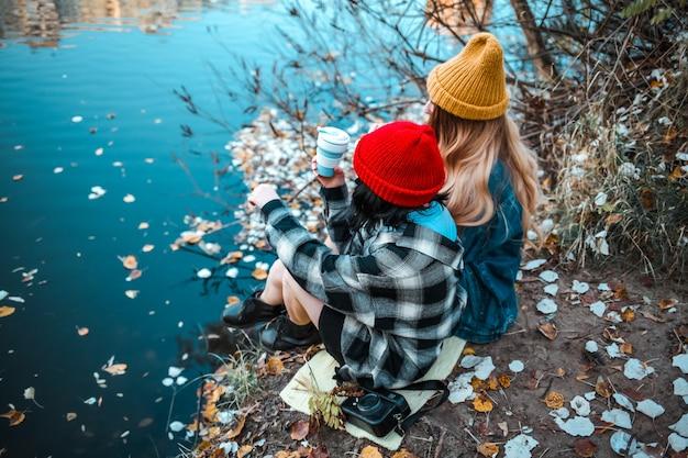 Copines heureuses ayant des moments tendres. lgbt et concept de relation