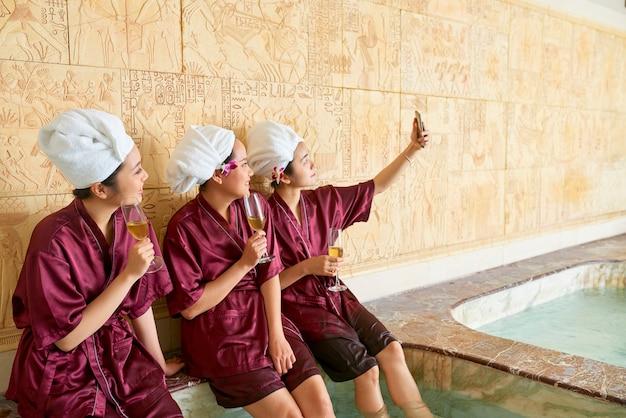 Copines prenant selfie au spa