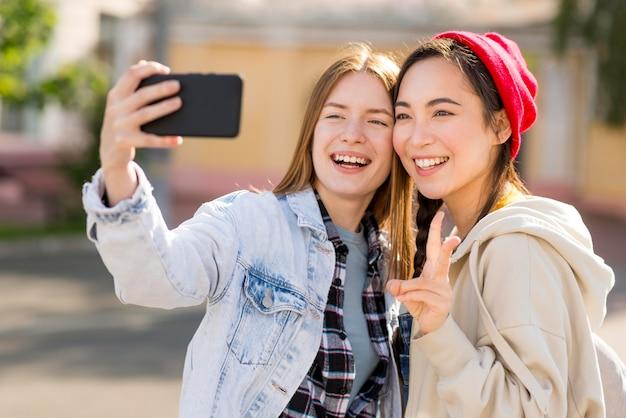 Copines prenant selfie