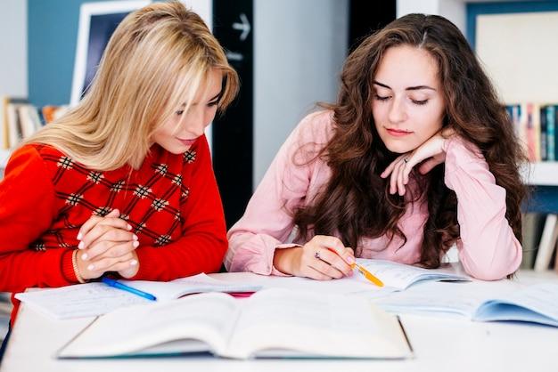 Copines préparant la tâche ensemble