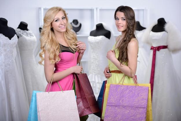 Les copines s'amusent et cherchent des robes.