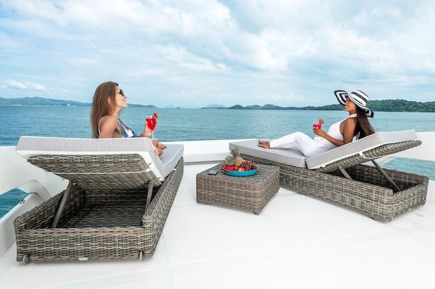 Copines se détendre sur le yacht
