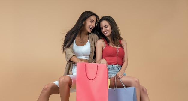 Copines tenant des sacs à provisions