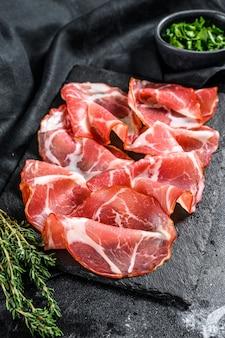 Coppa, capocollo, capicollo viande antipasti italienne populaire. fond noir.