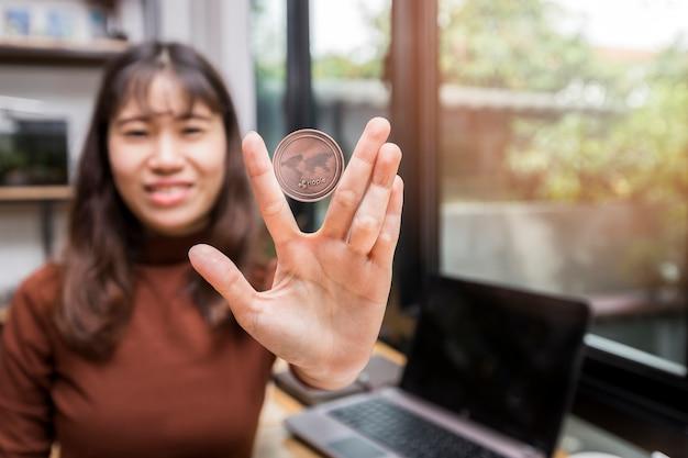 Copper ripple coin (crypto-monnaie) dans la main de femme d'affaires.