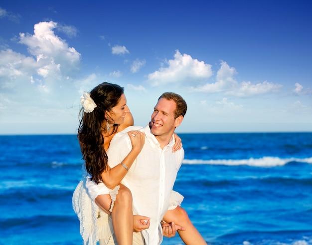 Copuple plage vacances en voyage de noces