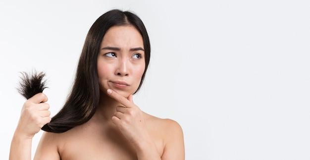 Copy-space femme inquiète pour ses cheveux