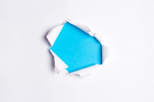 Copyspace déchiré papier blanc, sous papier couleur papier