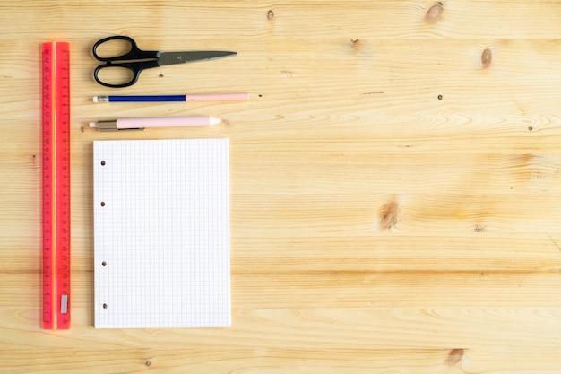 Copyspace sur fond de bois et groupe de fournitures d'employé de bureau, de concepteur ou d'étudiant sur son dessus