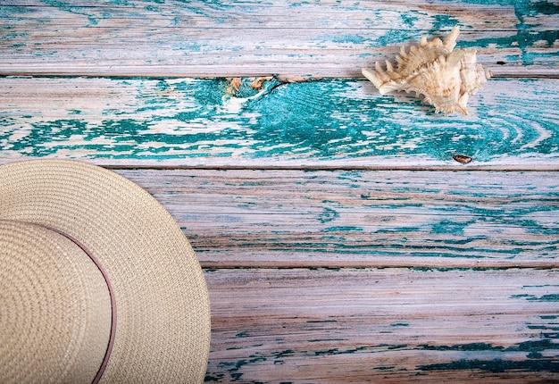 Coquillage et un chapeau de paille blanc