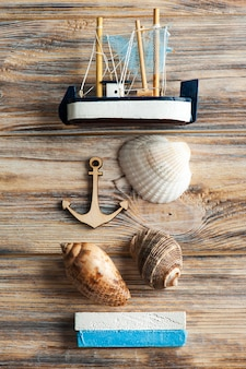 Coquillages, ancre en bois et bateau jouet
