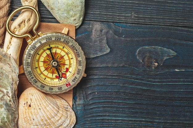 Coquillages et boussole. belle composition de la mer avec coquillages et boussole vintage