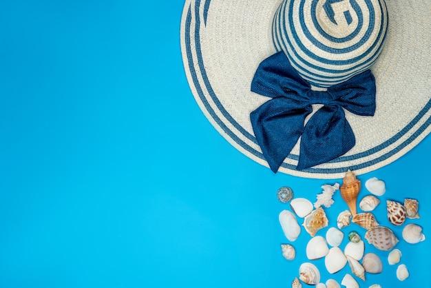 Coquillages et chapeau d'été à rayures bleues et noeud