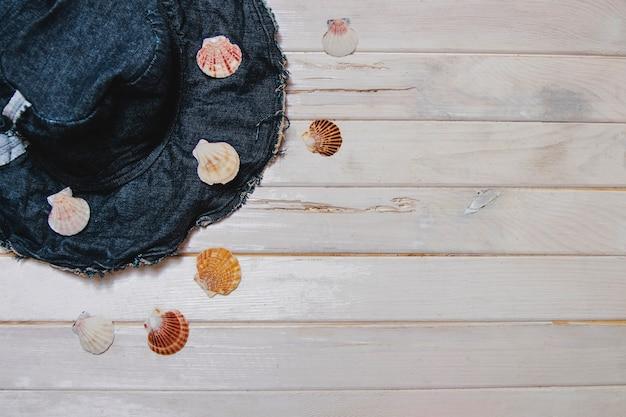 Coquillages et chapeau sur fond blanc