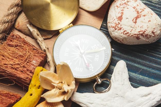 Coquillages et compas. belle composition de mer avec coquillages et boussole vintage