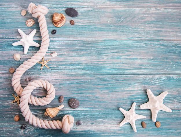 Coquillages et décorations marines avec corde